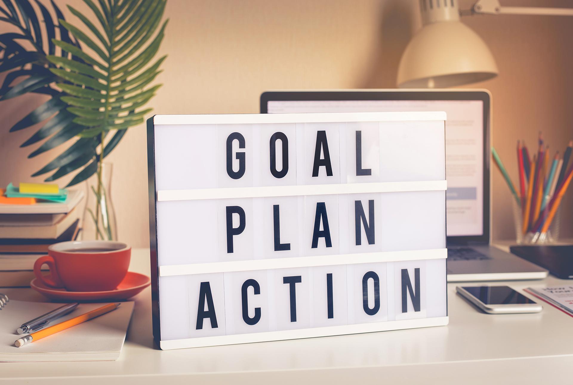Goal,plan,action text on teksti valotaulussa pöydällä